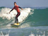 Cogiendo olas en playa de Laga