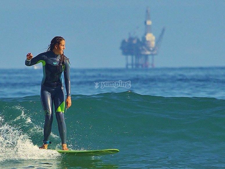 Perfeccionando la técnica de surf en Vizcaya