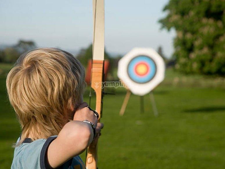 Practicando tiro con arco en el campamento multiaventura