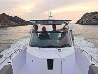 A bordo de la embarcación por la costa de Cadaqués
