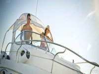 pareja se divierte en barco