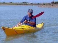 Senor en un kayak
