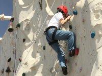 在攀岩墙练习攀爬