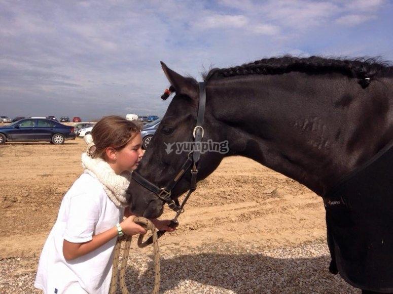 Dando un beso al caballo