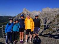 Ciclistas junto a los Picos