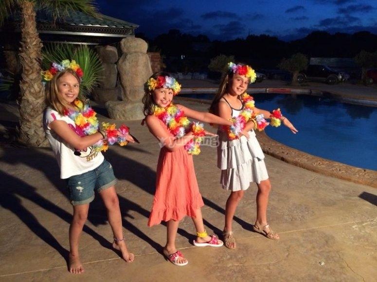 Chicas con collares de flores