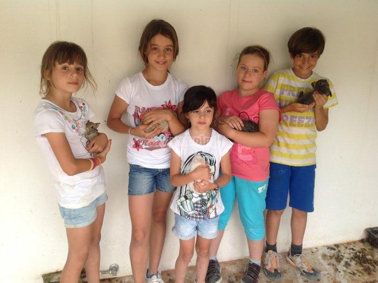 Sosteniendo a los conejitos