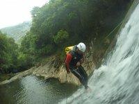 Bajando en rapel por la cascada