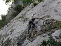 Enganchandose con las manos a la roca