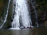 Juntos a los pies de la cascada
