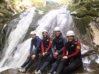Sentados a los pies de la cascada