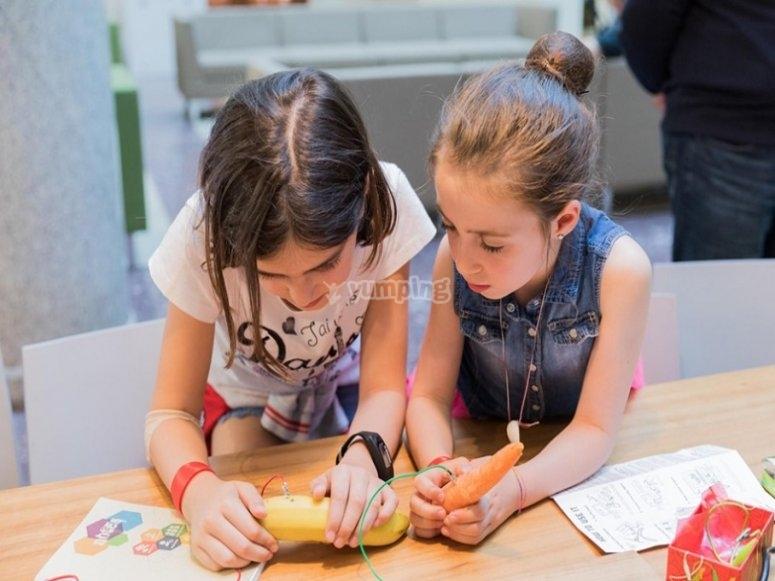 Las alumnas practicando las lecciones
