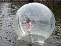 pelota gigante en el rio
