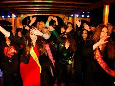 Addio con festa in barca a Palma cena e bevande analcoliche