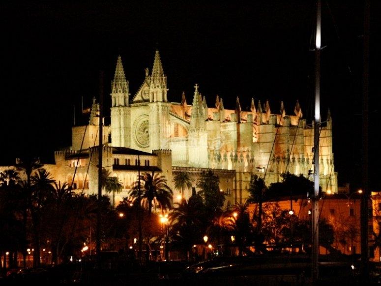 帕尔马大教堂在晚上