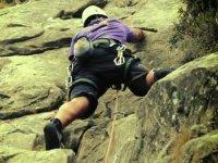 Pegado a la pared de roca