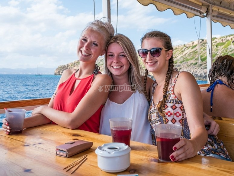 享受大海在聚会船上