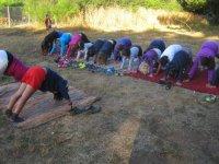 Haciendo yoga al aire libre