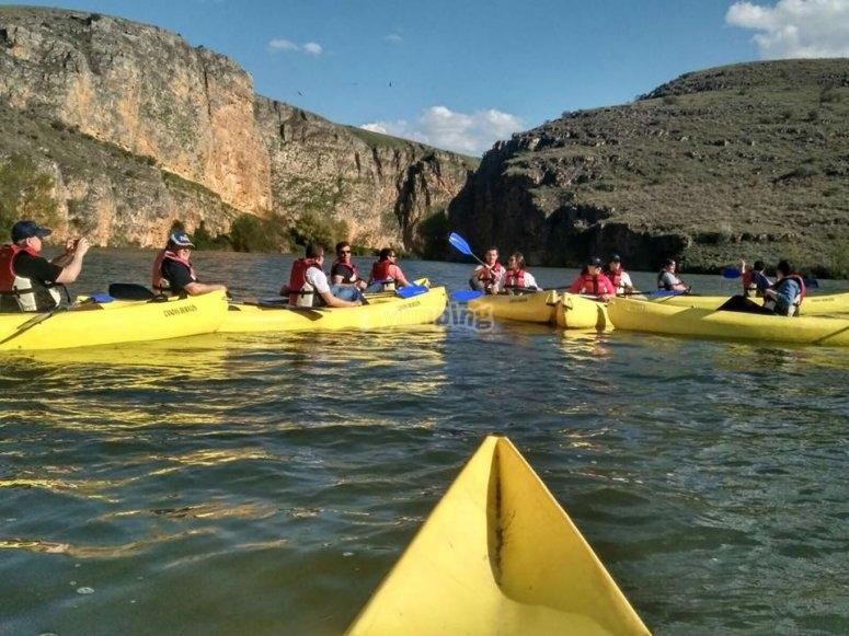 Grupo de piraguas en el agua