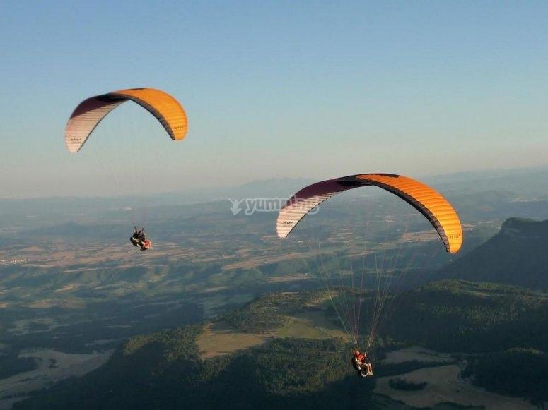 Simultaneous paragliding