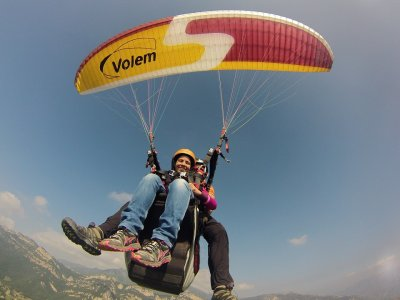 Two-seater paraglider in Berga 300 meters