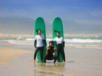 Alumnos junto al profesor de surf