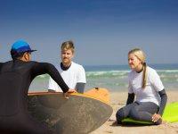 En la orilla durante la teoría de surf