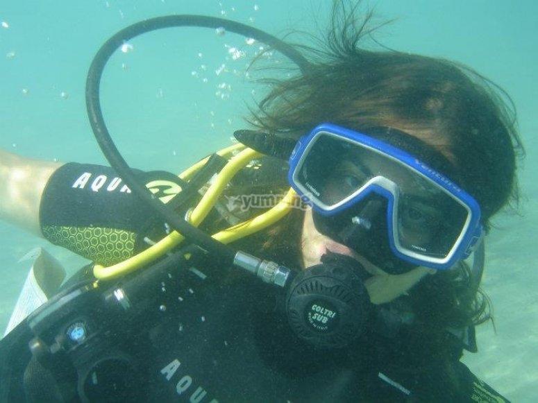 buceadora bajo el mar