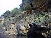 Salto en el interior del barranco
