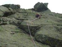 Subiendo por la via de escalada
