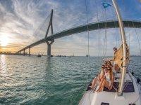 Cruzando en velero el puente de La Pepa