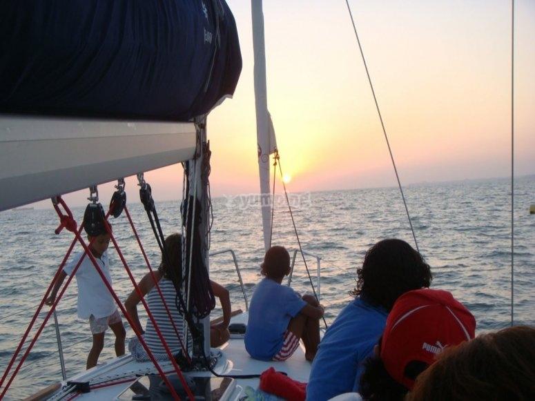 Navegando al atardecer