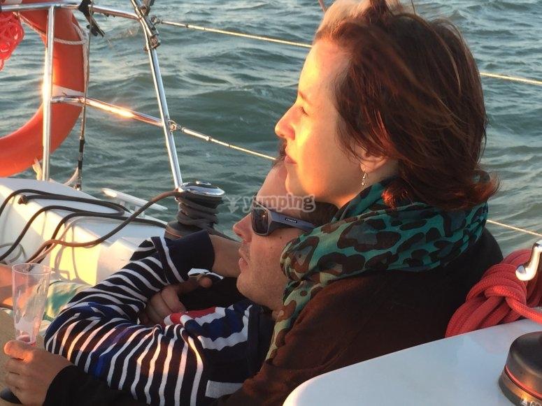 Contemplar puesta de sol desde velero
