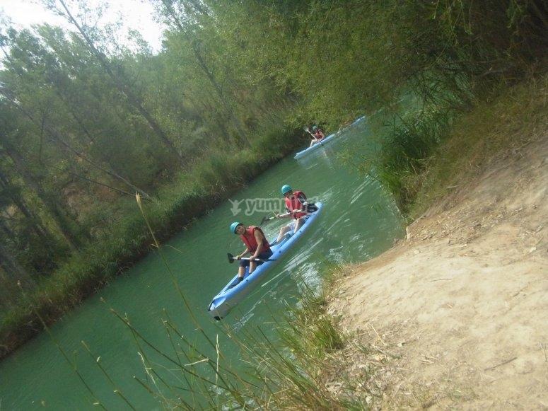 敌人在河胡卡的拉伸潜伏在河流与独木舟彩弹鼓