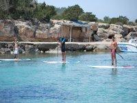 在伊比沙岛划桨冲浪