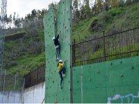 攀登攀岩墙