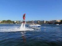volando encima del agua