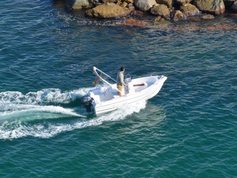 乘机动船划船
