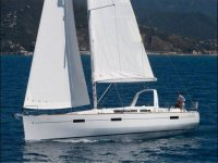 Barca a vela che naviga attraverso Valencia