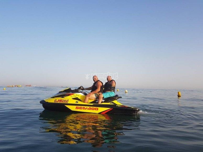 骑在滑水摩托艇摩托艇