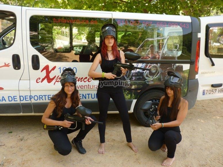Chicas equipadas para el paintball