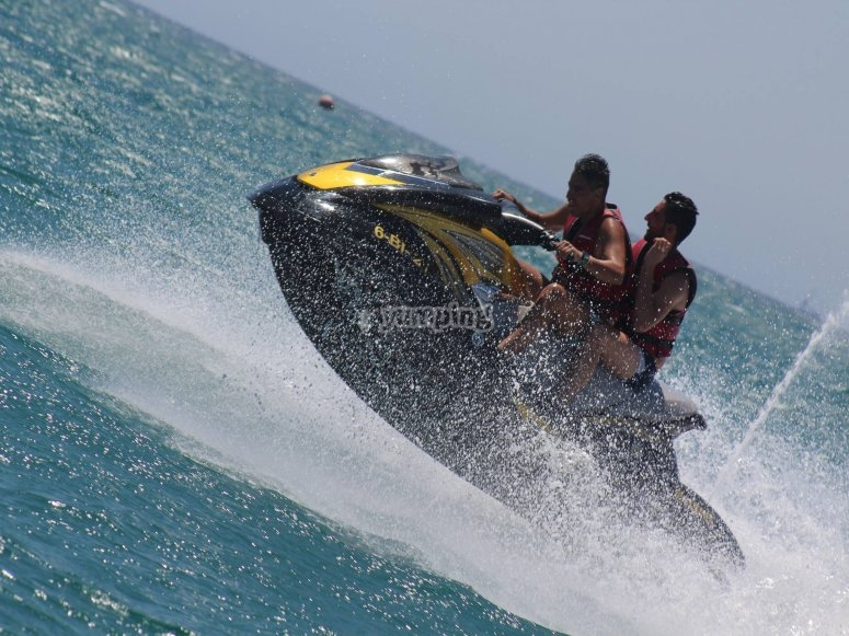 在水上摩托艇上全速运动