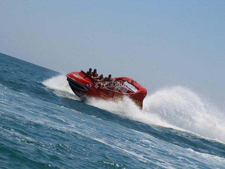 在水上摩托艇上加速