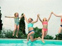 Saltando juntas a la piscina