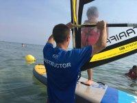 Profe y peque en la clase de windsurf