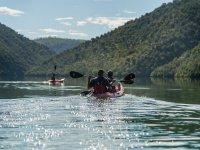 穿过塔霍河的皮划艇游览