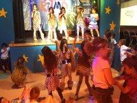 Bailando con la actuacion del escenario