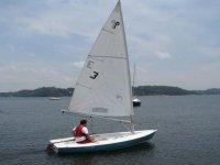 乘坐独木舟航行在湖