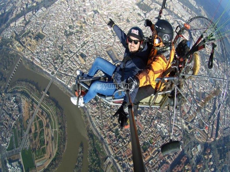 在科尔多瓦上空的滑翔伞中