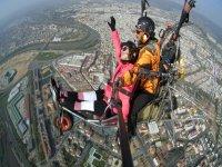 在科尔多瓦滑翔伞飞行中的上空